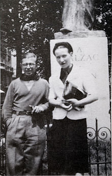 220px-sartre_and_de_beauvoir_at_balzac_memorial